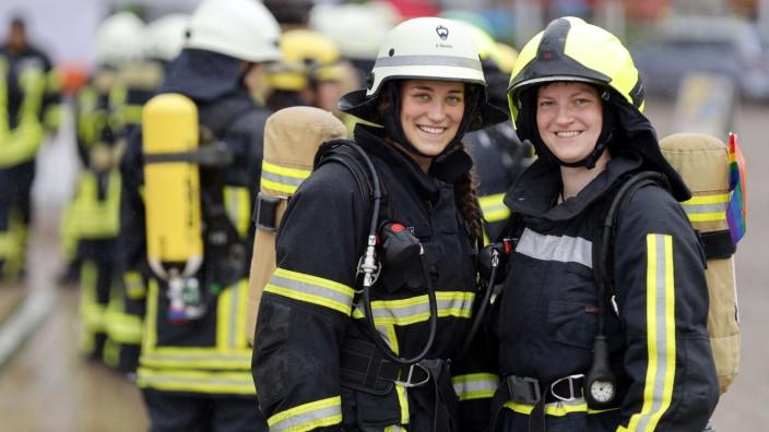 Einheiten der Feuerwehr stehen an bei den Deutschen Treppenlaufmeisterschaften 2021 im KölnTurm im Mediapark. In erster