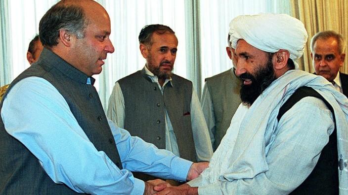 Afghanistan: Mullah Mohammed Hassan Akhund (rechts) ist als Führer der afghanischen Übergangsregierung ernannt worden. Das Bild von 1999 zeigt ihn in Islamabad mit dem damaligen pakistanischen Premier Nawaz Sharif .