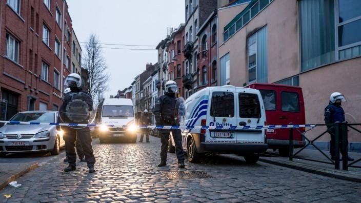 molenbeek police assault probably against Salah Abdeslam PUBLICATIONxINxGERxSUIxAUTxHUNxONLY Mer