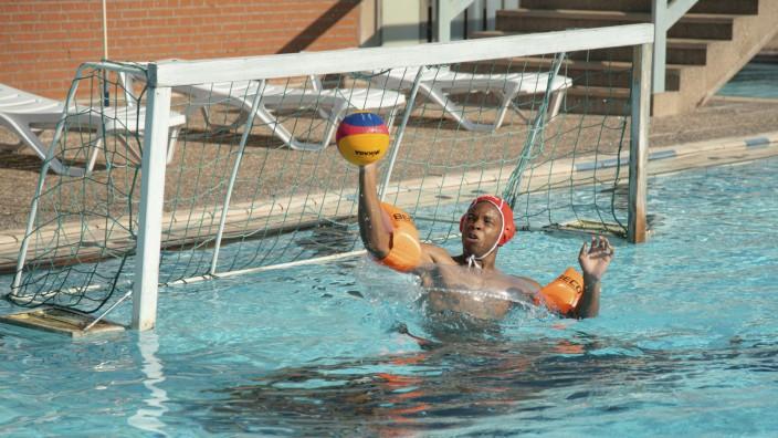 Kino: Komödiantisches Potenzial: Der zukünftige Wasserballtorwart Sali (Dimitri Abold) muss erst schwimmen lernen.