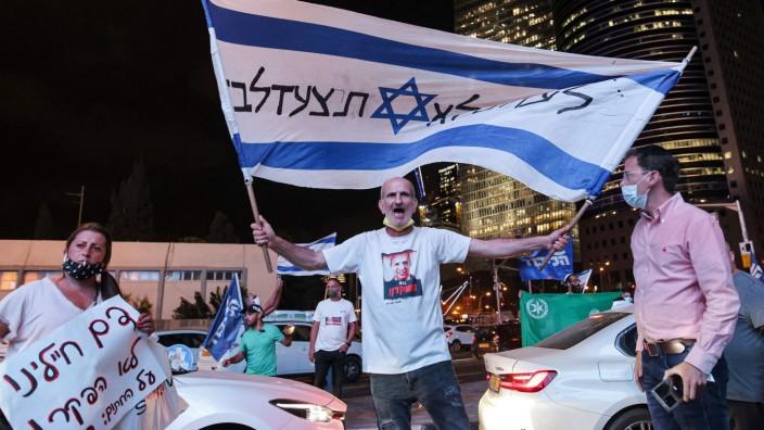 Israelis demonstrieren in Tel Aviv mit Flaggen und einer Straßenblockade gegen die Regierung - eine Reaktion auf den Tod des Grenzpolizisten Barel Hadaria Schmueli.