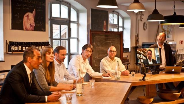 Glonn: Die Bundestagskandidaten Marc Salih (FDP, von links), Magdalena Wagner (SPD), Christoph Lochmüller (Grüne), Tobias Boegelein (Linke) und Andreas Lenz (CSU, Zweiter von rechts) stellten sich den Fragen von Wieland Boegel (Dritter von rechts) und Christian Schulz (rechts).