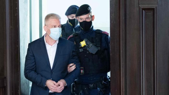 Österreich: Julian H. betritt am Mittwochmorgen den Gerichtssaal in Sankt Pölten, der 40-Jährige hält die Vorwürfe gegen sich für konstruiert.