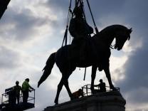 Denkmalsturz: Vom hohen Ross
