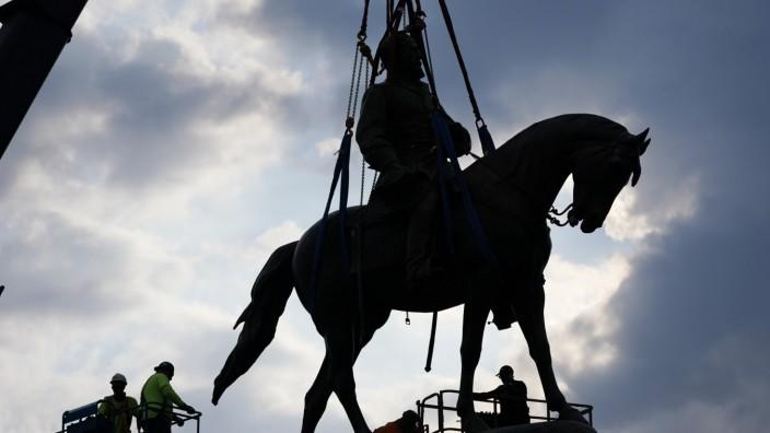 Denkmalsturz: Abbau des Reiterstandbilds von Robert E. Lee, Kommandeur der Armee der Konföderierten Staaten, in Richmond, Virginia. Das Ereignis wurde live im Internet übertragen.