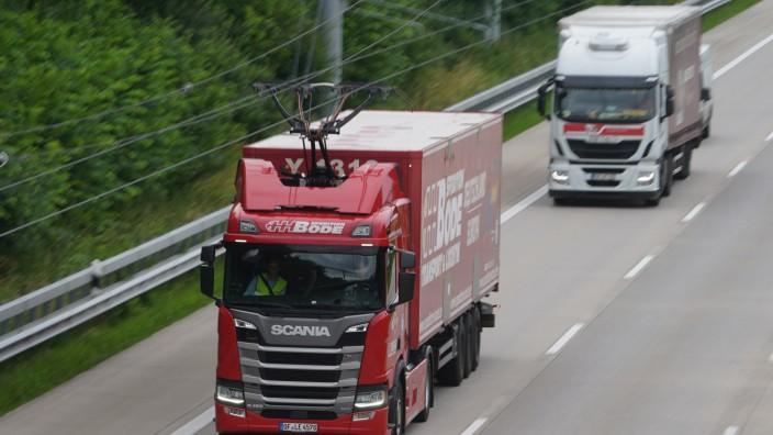Ein Hybridlaster auf dem E-Highway