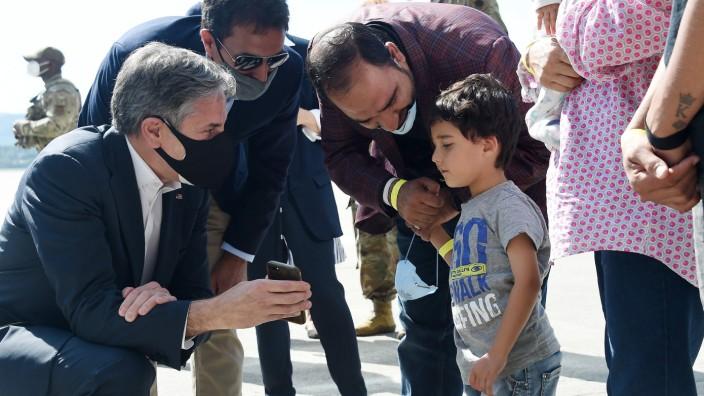 """""""Herzzerreißende Entscheidungen"""": US-Außenminister Antony Blinken spricht in Ramstein mit einem afghanischen Jungen und seinen Eltern über ihre Erfahrungen."""