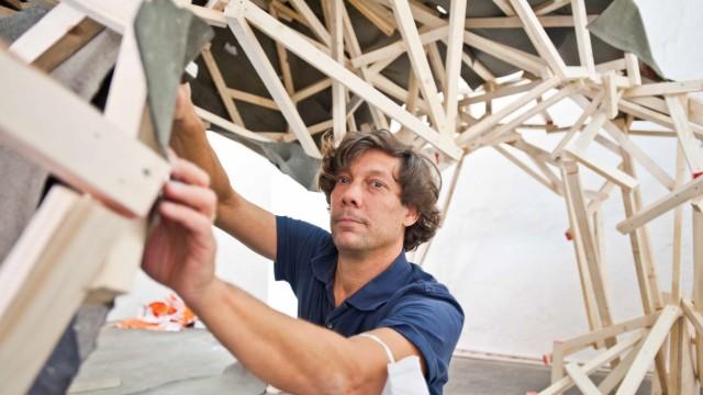Kunstverein Ebersberg: Gregor Passens hat seine Monumentalskulpturen unter anderem schon in Tirana und Santiago de Chile aufgebaut.
