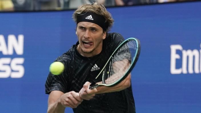 US Open: Erhöhte Zungenfertigkeit: Alexander Zverev bei seinem unterkühlten und kaum gefährdeten Viertelfinalsieg in New York.