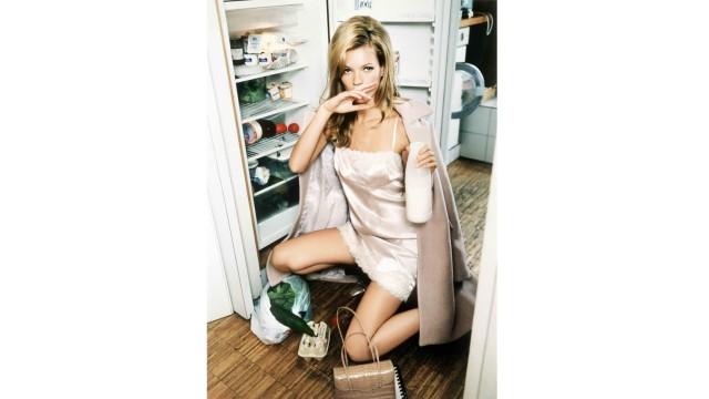 Mode in den 90ern: Ist das Mode oder Milchwerbung? Kate Moss vor dem Kühlschrank inszenierte die Fotografin Ellen von Unwerth.