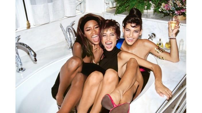 Mode in den 90ern: Eine Badewannenparty mit Naomi Campbell, Christy Turlington and Linda Evangelista in Paris, 1990.