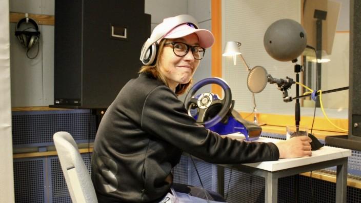 """Bitte das angehängte Bild in die LB Medien laden. Es zeigt die Schauspielerin Katja Bürkle bei den Aufnahmen zum Hörspiel """"bin pleite ohne mich"""" des Bayerischen Rundfunks. Das Bild ist auch online freigegeben. Copyright: BR/Pauline Seiberlich"""