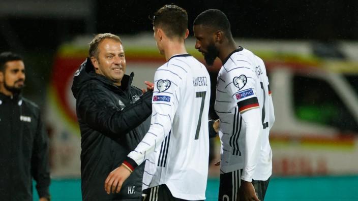 Deutsche Nationalmannschaft: Kann mit allen zufrieden sein: Bundestrainer Hansi Flick (links) mit Kai Havertz (Mitte) und Antonio Rüdiger.