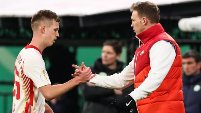 Auswechslung - Dani Olmo (RB Leipzig,25) mit Trainer Julian Nagelsmann (RB Leipzig) - 1 DFB Pokal Viertelfinale Fussball; x