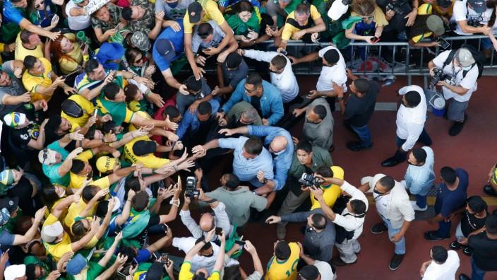 Brasilien: Präsident Jair Bolsonaro, am vergangenen Dienstag umringt von Anhängern in Brasília.