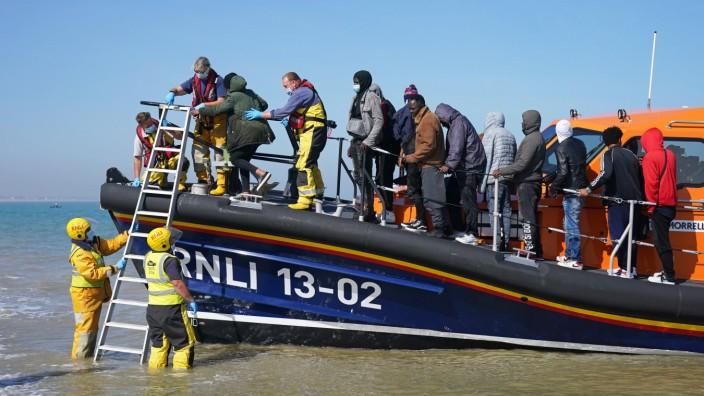 Mit einem Rettungsboot werden mutmaßliche Migranten nach einem Zwischenfall im Ärmelkanal an Land gebracht.