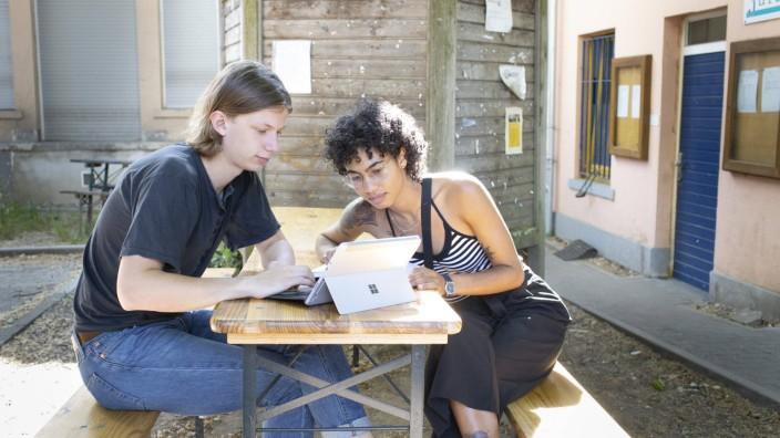 Studierende mit Laptop sitzen an einem Tisch und lernen, Bonn, 29.05.2020. Bonn Deutschland *** Students with laptops si