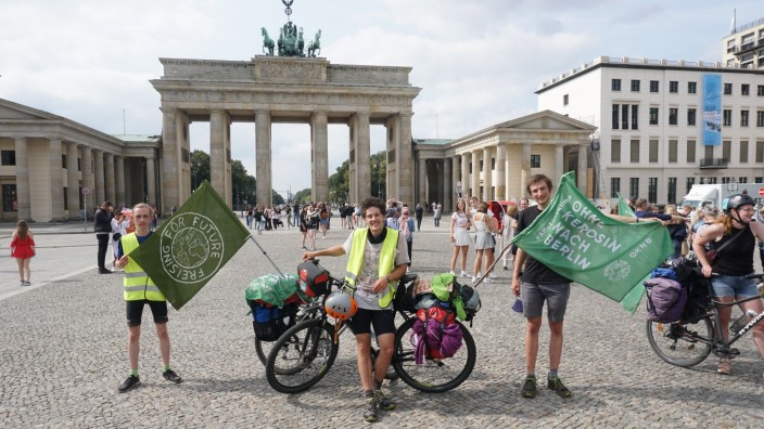 "Fahrradprotesttour ""Ohne Kerosin nach Berlin"", V.l. Jakob Voerkelius, Till Reuter und Samuel Arndt aus Freising vor dem Brandenburger Tor"