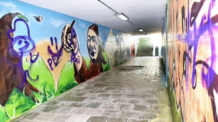 Vandalismus: Die Kunstwerke mit Fürstenfeldbrucker Motiven in der Unterführung an der Dachauer Straße haben Unbekannte übersprüht.