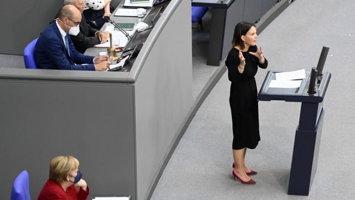 Angela Merkel und Annalena Baerbock in der 238. Sitzung des Deutschen Bundestages im Reichstagsgebäude. Berlin, 25.08.20