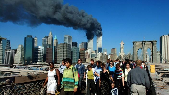 11. September: Ein Moment, in dem manche sogar noch Richtung Manhattan gehen: die Brooklyn Bridge am 11. September 2001.