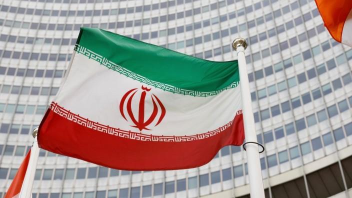 Die iranische Flagge vor dem Gebäude der Internationalen Atomenergiebehörde in Wien.