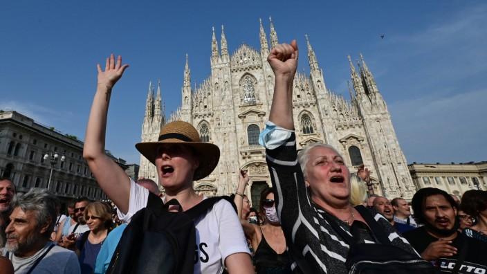 """Italien: Protest gegen die Vorschriften zum """"Green-Pass"""" in diesem Sommer auf dem Mailänder Domplatz - doch das Lager der Impfgegner und Kritiker des Nachweises von Impfung, Test oder Genesung ist in Italien überschaubar."""