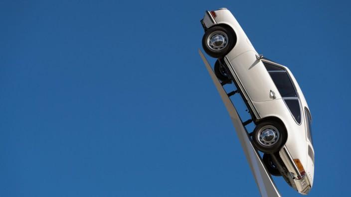 Porsche 911 F Modell von 1970 auf einer weißen Stele Teil der Skulptur Inspiration 911 Künstler Ge