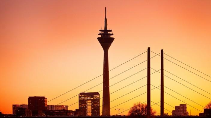 Skyline mit Stadttor, Rheinturm und Rheinkniebruecke im Abendrot, Deutschland, Nordrhein-Westfalen, Niederrhein, Duessel