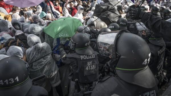 IAA Demo & Sternfahrt Anlässlich der IAA in München Pfeffersprayeinsatz gegen die Demonstration. Polizei geht in den Sa