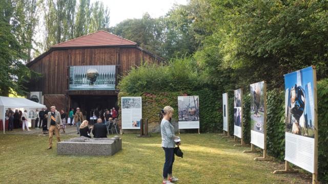 Ganslberg: Auf reges Interesse stieß die Eröffnung der Ausstellung über Fritz Koenigs Kugelkaryatide in Ganslberg.