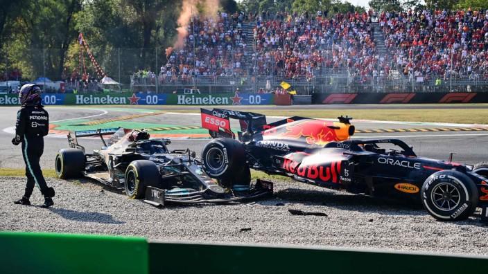 Formel 1 in Monza: Unfreiwillig früher Feierabend: Lewis Hamilton verlässt die Strecke, als er seinen Mercedes nach dem Unfall mit Max Verstappen nicht mehr aus dem Kiesbett bekommt.