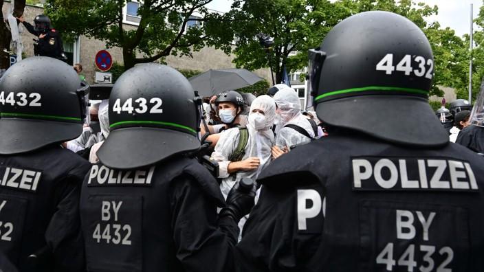 """IAA in München: Als bei den IAA-Demonstrationen in München Aktivisten festgenommen wurden, fand CSU-Generalsekretär Markus Blume das ganz großartig. Er schrieb auf Twitter: """"So läufts in Bayern!"""" Dazu ein Bizeps-Emoji."""
