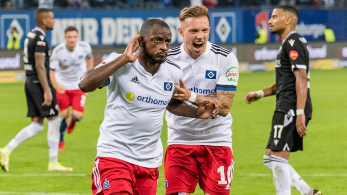 Jubel 1:0, David Kinsombi ( 6, Hamburger SV) bejubelt Tor zum 1-0 per Foulelfmeter, 11.09.2021, Volksparkstadion, Hambu