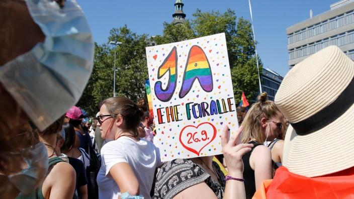 """Teilnehmer der Zürich Pride Demonstration fordern die Zustimmung zur """"Ehe für alle"""" bei der Abstimmung am 26. September."""