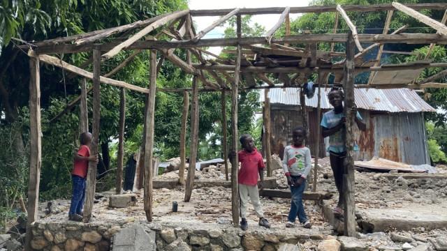 Katastrophenhilfe: Das war einmal eine Schule. Viele Kinder erleben schon seit Jahren keinen geregelten Unterricht mehr, wegen Erdbeben, Wirbelstürmen, Corona.