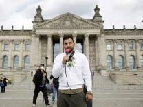 Attila Hildmann im Jahr 2020 vor dem Reichstagsgebäude