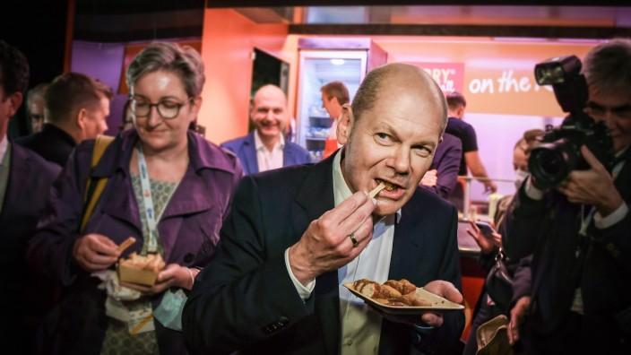Bundestagswahl 2021: Olaf Scholz (SPD) mit Currywurst nach dem TV-Triell