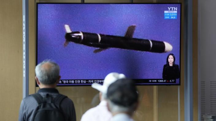 Raketentests: Südkoreaner verfolgen im Fernsehen Bilder aus Nordkorea, die einen neuen Raketentest zeigen sollen.