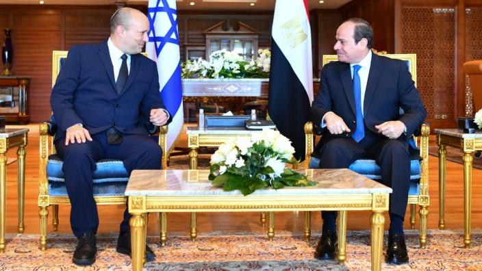 Gaza: Seltene Begegnung: Israels Ministerpräsident Naftali Bennett (links) und Ägyptens Präsident Abdel Fattah al-Sisi im Badeort Scharm el-Scheich am Roten Meer.
