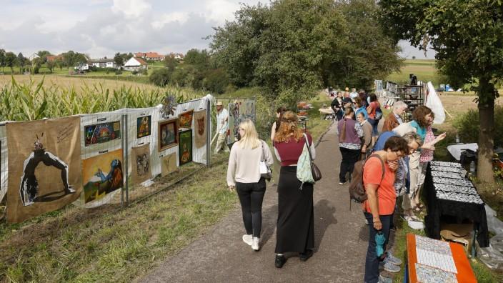 """Attenkirchen: Kunst beim Spaziergang genießen, das war am Wochenende bei der """"Künstlerweile am Bahndamm"""" zwischen Attenkirchen und Thalham möglich."""