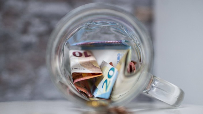 Feature Geld Geld in Form von Münzen und 10 / zehn Euro, 20 Euro Scheinen liegt auf einer Ablagefläche. Foto: Wedel/Kir