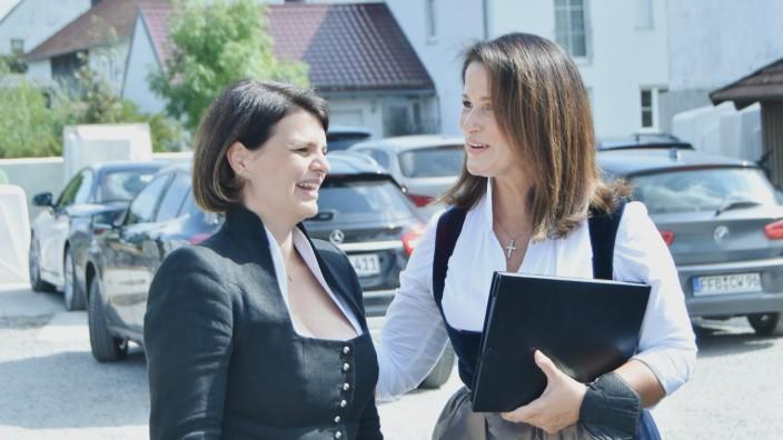 Mammendorf: Landwirtschaftsministerin Michaela Kaniber (rechts) besucht mit Parteikollegin Katrin Staffler einen Mammendorfer Bauernhof.
