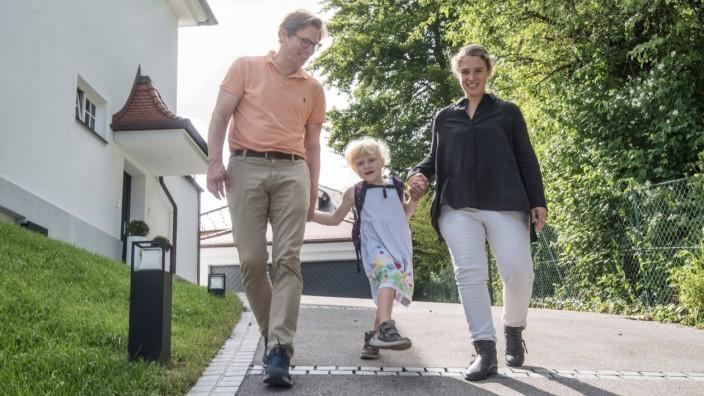 Kinder mit Behinderung: Ella braucht rund um die Uhr Betreuung, weshalb ihre Eltern Anne Theiss-Berlinger und Johannes Berlinger bewusst eine integrative Kita wählten.