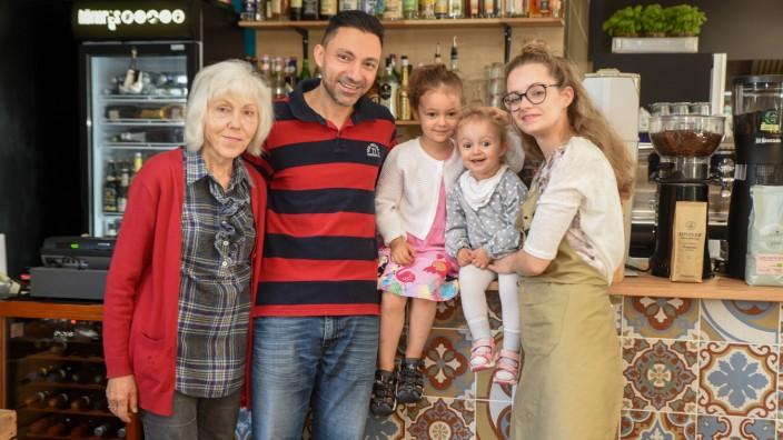 """Gastronomie in Bad Tölz: Das """"Höfler's 5"""" ist nicht nur Bio-Restaurant, sondern auch Familienunternehmen (von links): Schwiegermutter Sylvia Abdo, Betreiber Khaled Abdo, die Töchter Medina und Lamya und Betreiberin Bianca Abdo."""