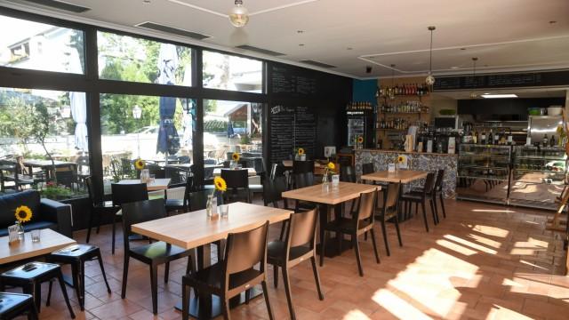 Gastronomie in Bad Tölz: Den urban wirkenden Gastraum hat das Wirtspaar selbst umgebaut und gestaltet.