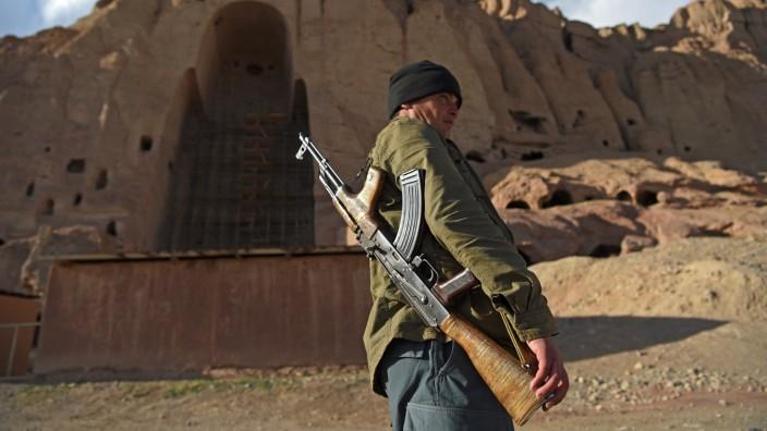 Afghanistan: Sind jetzt die Überreste auch noch weg? Hier patrouilliert ein Polizist vor den leeren Nischen, in denen einst meterhohe Buddha-Statuen standen.