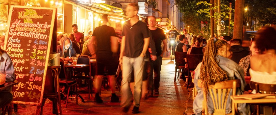 Corona in Deutschland: Menschen sitzen in Berlin in Restaurants