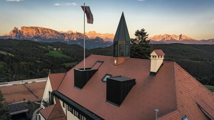 Hotel in Südtirol: Gute Aussichten inklusive: Die Gäste im Parkhotel Holzner haben die Dolomiten mit Schlern und Rosengarten stets im Blick.