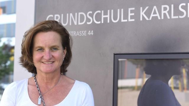 Karlsfeld: Schulleiterin Barbara Sparr führt gerne durch den Neubau, auch wenn das coronabedingt nicht immer möglich ist. Sie ist froh, nun in völlig neuer Atmosphäre arbeiten zu dürfen, auch wenn noch etwas Baumaterial herumliegt.